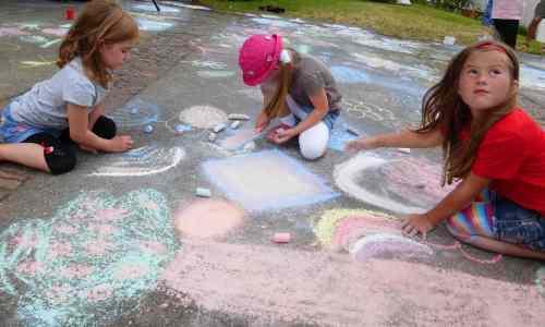 Kinder experimentieren gerne mit dem leichten Farbmehl, das nach dem Abrieb der Kreiden nur lose auf den Flächen anliegt. (Einreiben intensiviert die Farben)